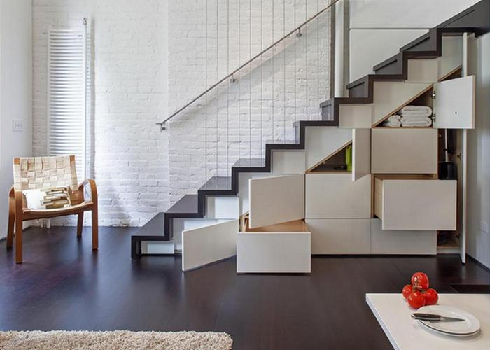 Практичная кладовка под лестницей.