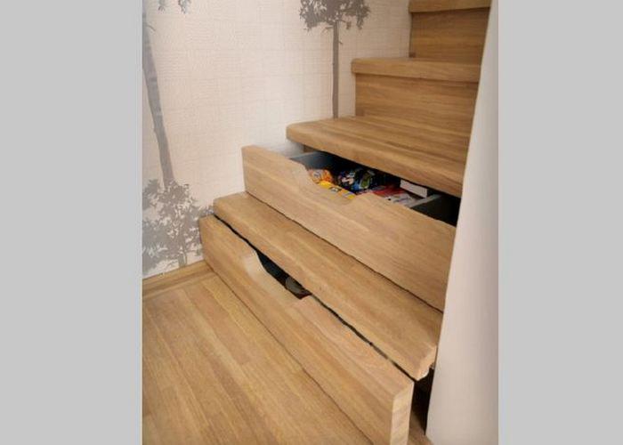 Ящики в ступеньках лестницы.
