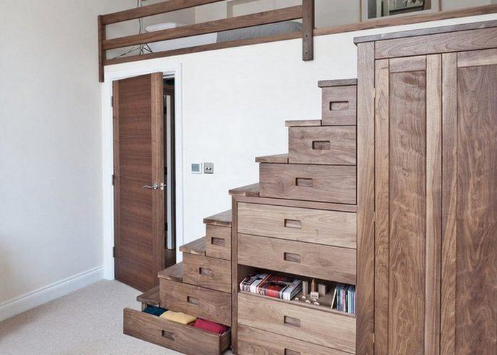 Встроенный в лестницу гардероб.