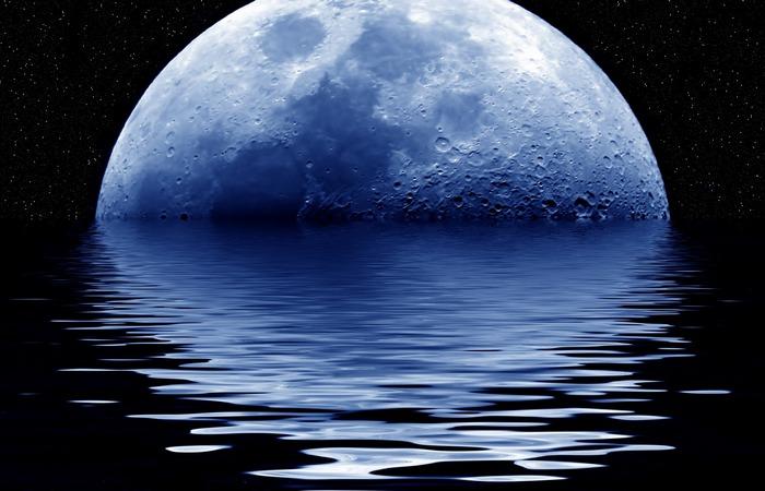 Луна искусственно размещена на орбите.