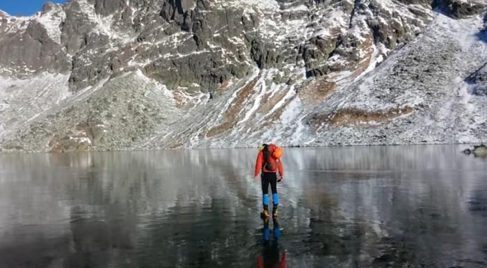 Замерзшее озеро в Татрах.