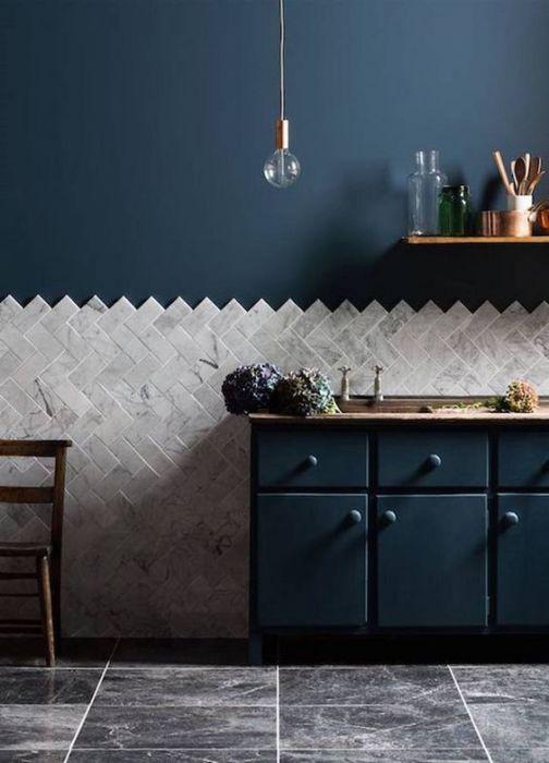 Тёмно-синяя кухня с белой отделкой.