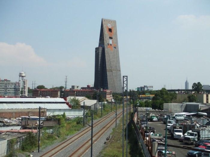 25-этажный треугольный небоскреб.