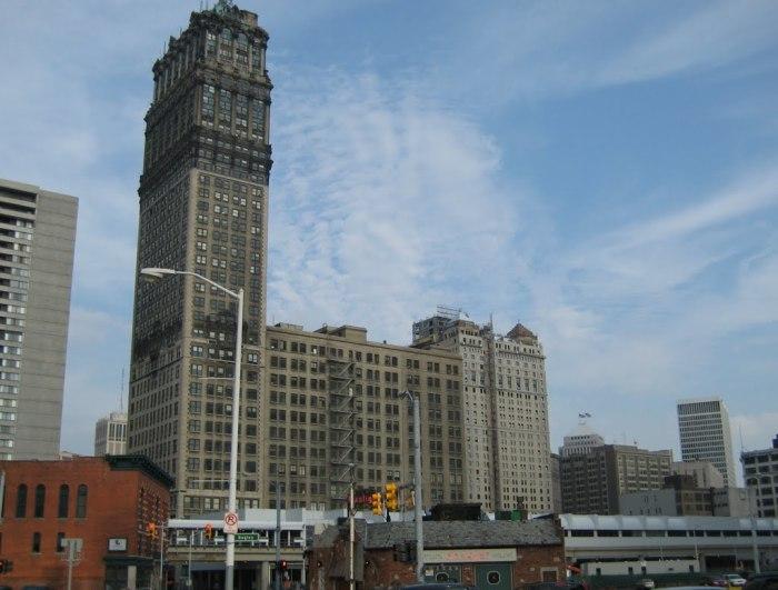 38-этажный небоскреб-пристройка.
