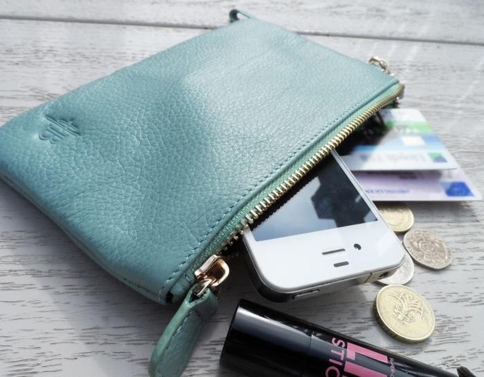Стильный кошелёк со встроенной зарядкой.