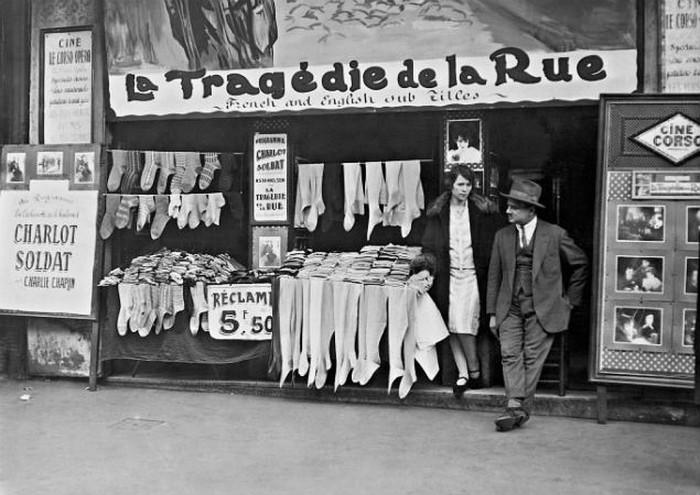 Торговля чулками в Париже. Год съемки неизвестен.