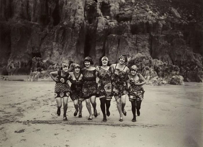 Смелый для 1925 года кадр. Сделан в Великобритании. Женщины бегут по пляжу, обнажая ноги.
