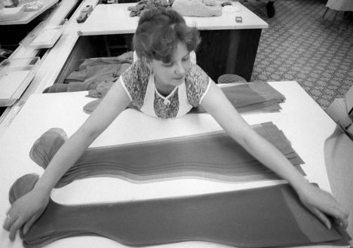 Работница Тушинской чулочной фабрики сортирует готовую продукцию. 1981 год