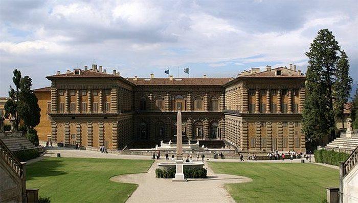 Большой итальянский особняк Палаццо Питти.
