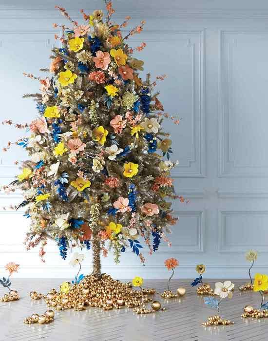 Новогодняя елка с цветочной фантазией.