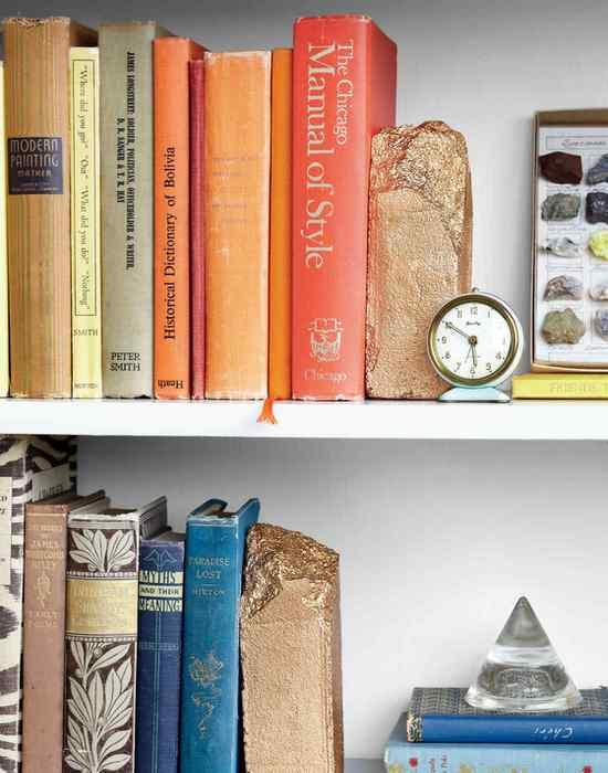 Позолоченные подставки для книг.
