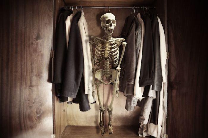 В шкафу бывают не только скелеты, но и пыль.