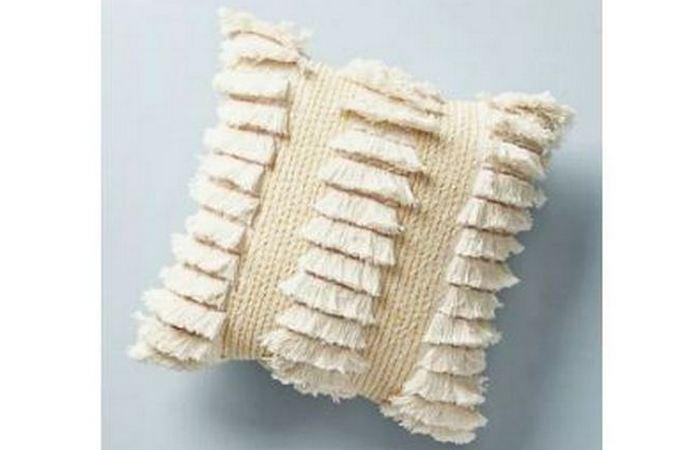 Подушка от Anthropologie.
