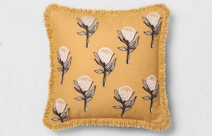 Подушка с цветочным принтом.