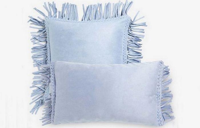 Подушка из искусственной кожи.