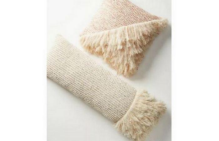 Вафельные полотенца на подушке.