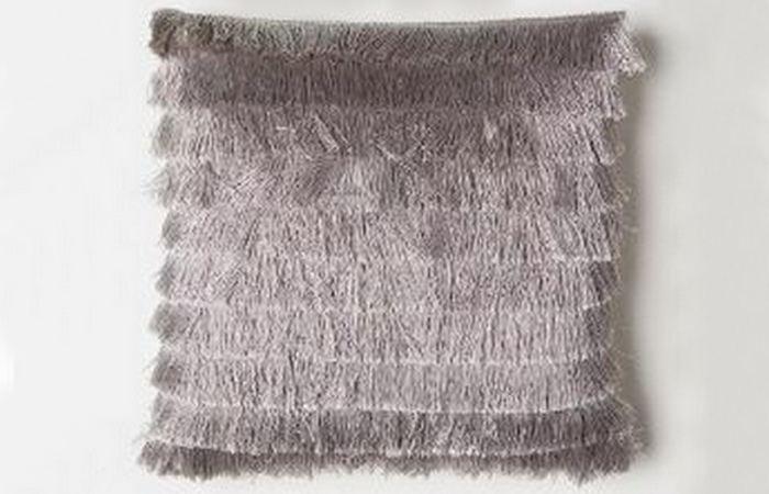 Металлическая бахрома на подушке.
