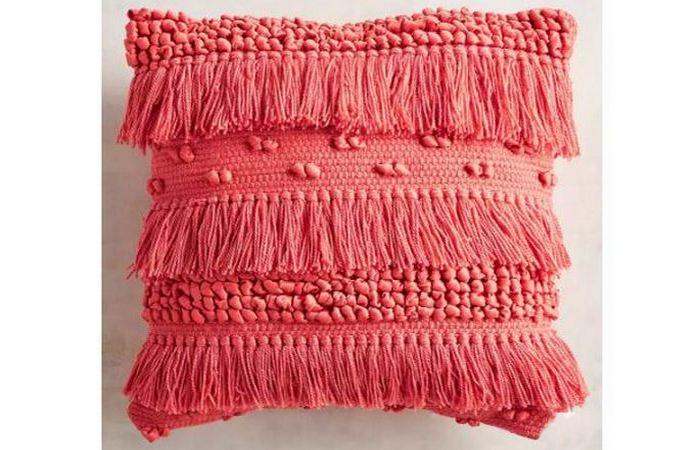 Небольшая вязаная подушка.