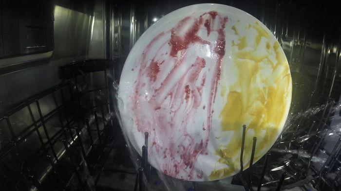 Справляется даже с самыми грязными тарелками.