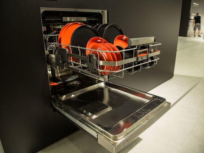 Всегда можно вписать посудомоечную машину в интерьер кухни.