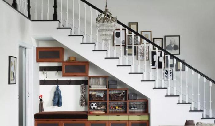 Прихожую можно оборудовать и под лестницей.