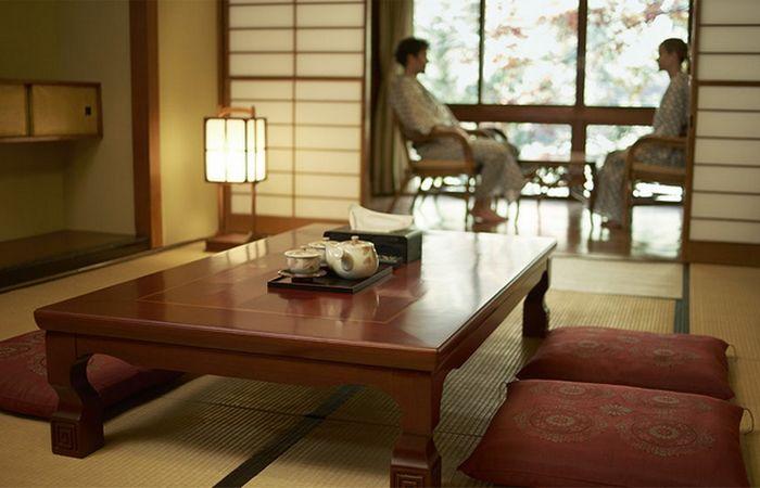 Технология в гостинице ProPilot Ryokan (подушки, столики, тапочки).