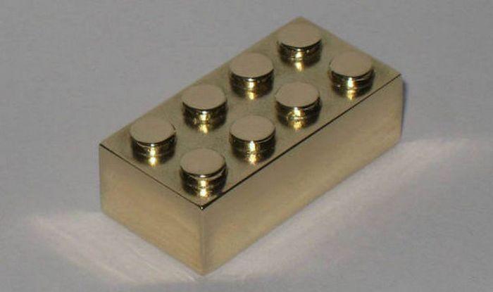 Золотой кирпичик Лего
