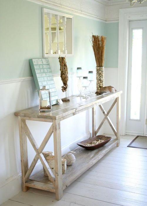 Столик в стиле кантри идеально вписался в прихожую в морском стиле.