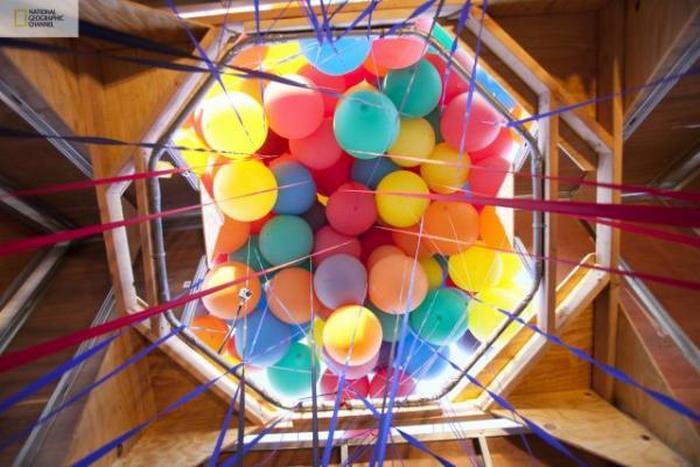 300 ярких разноцветных метеозондов.