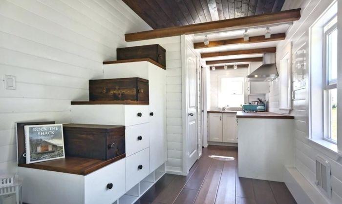 Подлестничное пространство - идеальное место для хранения.
