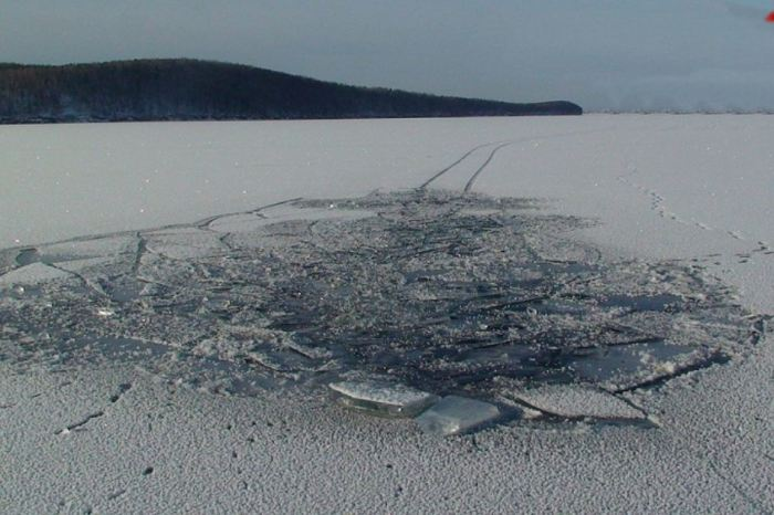Тонкий лёд - огромная опасность.