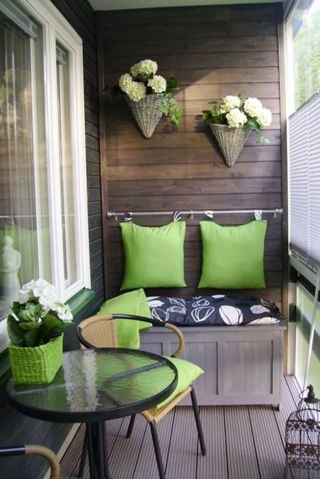 Горшки с цветами на балконе.