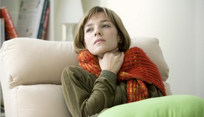 Поможет при боли в горле: теплый компресс.