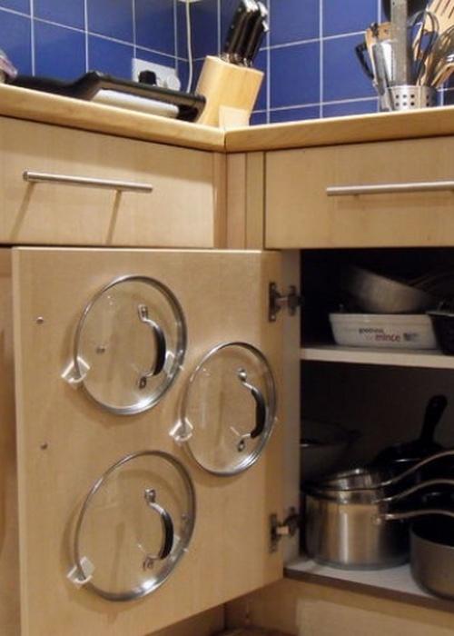 Место для хранения вещей: «На задней стороне дверцы шкафчика».