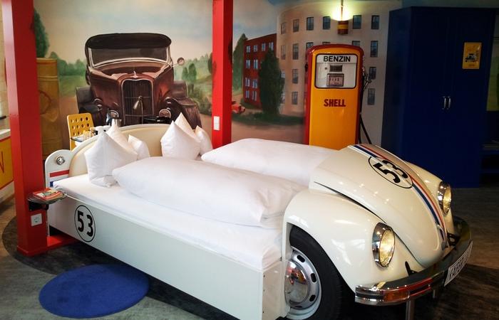 Необычный отель «V8 Hotel».