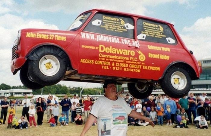 Самый тяжелый автомобиль на голове.