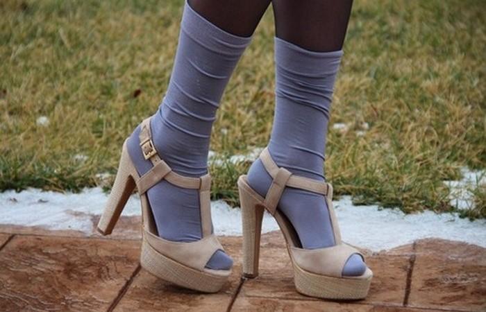 Носки + сандалии = странная мода.