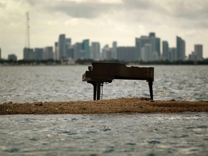 Таинственный рояль на косе в Майами