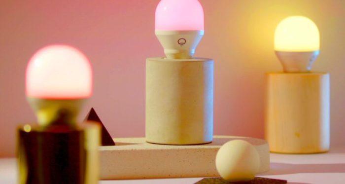 Смарт-лампа Lifx Mini Wi-Fi, которая меняет цвет.