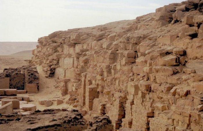 Недострой, ставший достопримечательностью: «Пирамида Неферефры».