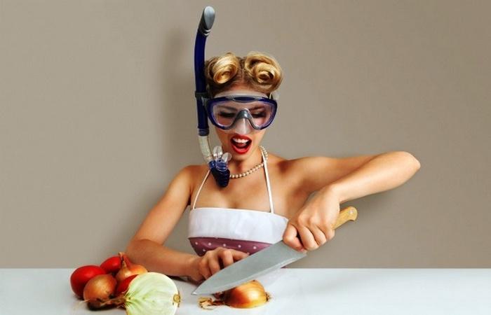 Нарезание лука: пригодятся очки для плавания.