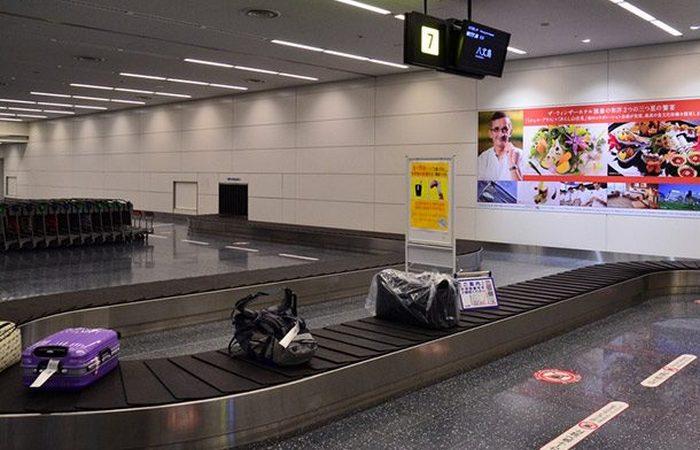 Поиск багажа в аэропорту: пригодится яркий маркер на ручке чемодана.