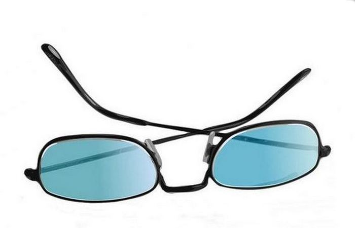 Подставка для мобильника: пригодятся солнцезащитные очки.