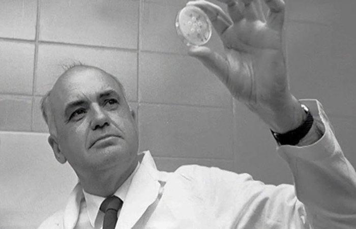 Американский микробиолог Морис Ральф Хиллеман.