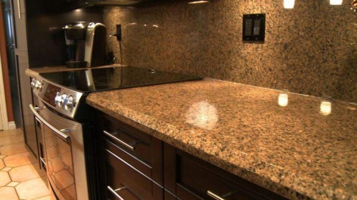 Камень на кухне всегда хорош.
