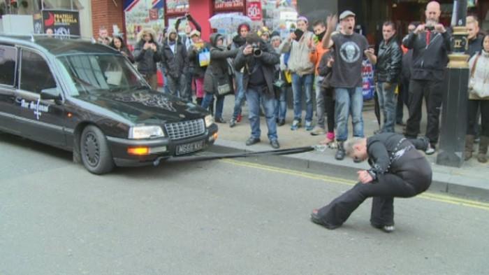 Рапунцель отдыхает: девушка тянет волосам авто.