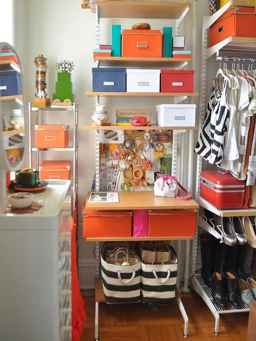 Упорядочить одежду в шкафу помогут стойки и вешалки.