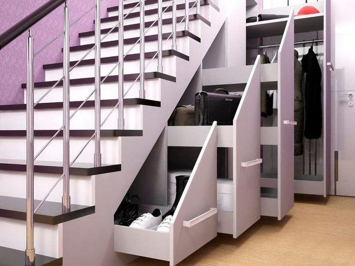 Дополнительное место для хранения вещей: под ступенями лестницы.