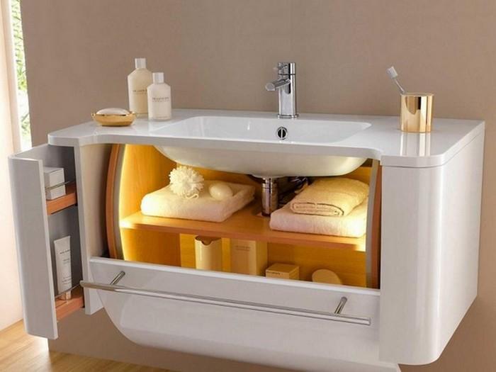 Дополнительное место для хранения вещей: тумба под умывальником в ванной комнате.