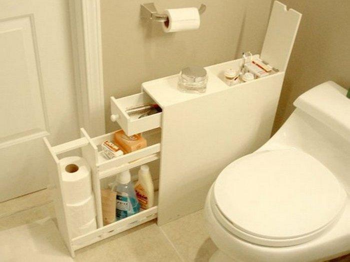 Дополнительное место для хранения вещей: узкая напольная тумба в ванной комнате.